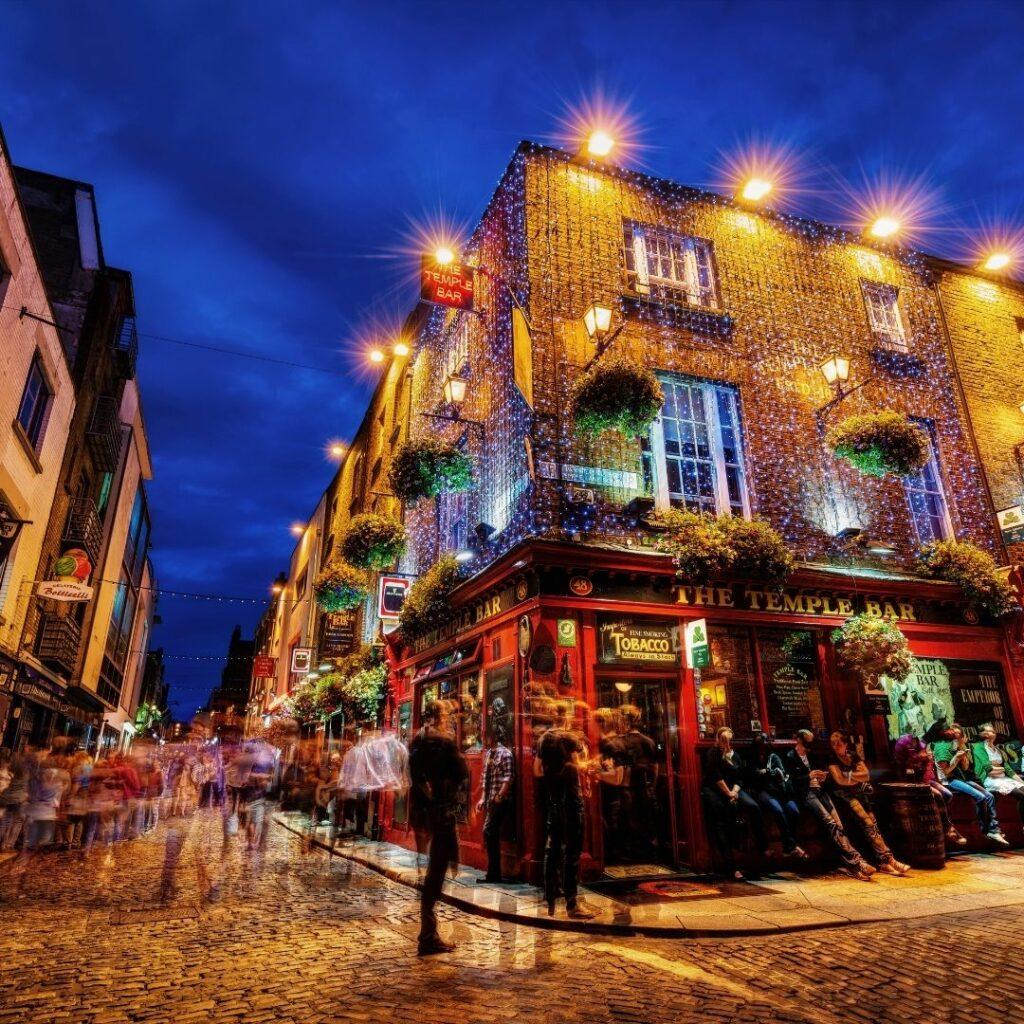 "Die Urban Fantasy / Romantasy ""Fateful Kiss"" spielt in Dublin."